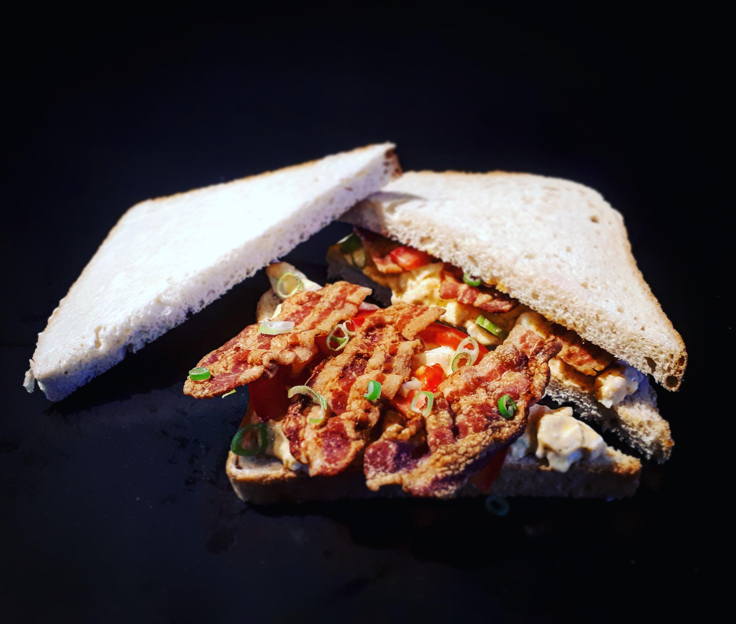 Tojáskrémes, baconos háromszög szendvics