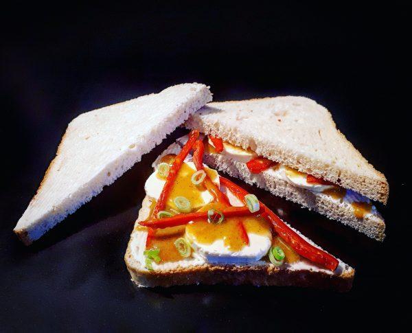 Mézes-mustáros, kecskesajtos háromszög szendvics